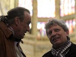 Dirigent Miloš Krejčí (vlevo) a skladatel Jiří Pavlica ve Svatovítském chrámu