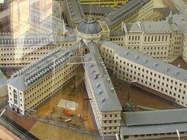Lukáš Paleček u plastického modelu věznice, který vytvořili sami trestanci.