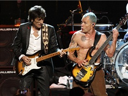 Ronnie Wood z The Rolling Stones  a Flea z The Red Hot Chili Peppers vystupují
