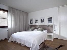 V ložnici spí majitelé na posteli (IKEA), ke které bylo na zakázku vyrobeno
