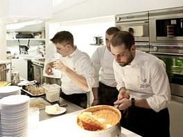 Ve vaření se střídají největší kuchařské hvězdy.