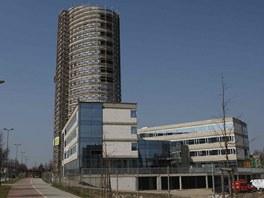 Nová dokončovaná výšková budova na olomoucké třídě Kosmonautů.