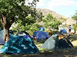 Táboření v kempu pod Monte Cinto je díky stínu stromů velmi příjemné.