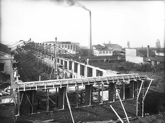 Stavba nov� lod� v roce 1924
