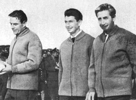 Komarov (vlevo) vedl první posádku lodi Sojuz-1. Vedle něj Jegor a vpravo