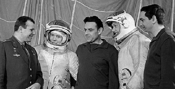 Posádky lodí Sojuz-1 a Sojuz-2. Zleva: Gagarin, Chrunov, Komarov, Jelisejev a