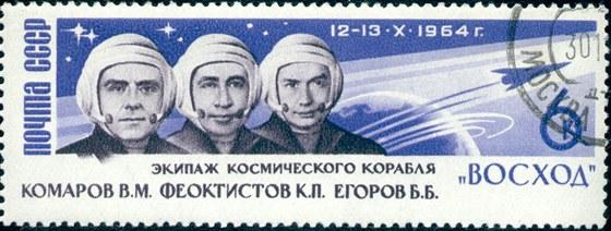 Poštovní známka vydaná při příležitosti letu lodi Voschod. Zleva Komarov,