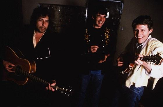 Bob Dylan (vlevo) a členové skupiny The Band Rick Danko a Levon Helm