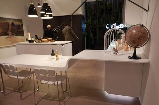 """Elegantní napojení stolu na pracovní desku - spodní skříňky """"levitují"""" díky"""