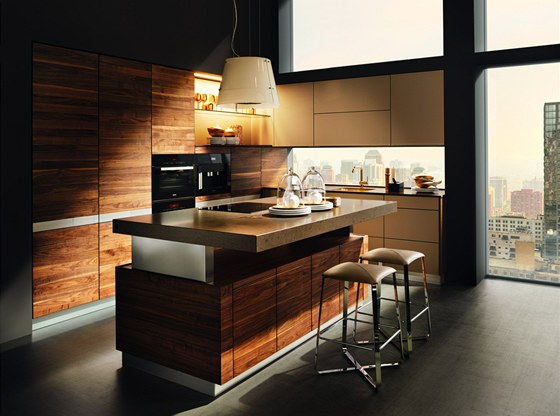 Kuchyně K 7 se nabízí v sedmi tvrdých dřevinách a deseti barvách skla.