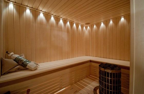 Finská sauna má příjemné osvětlení.