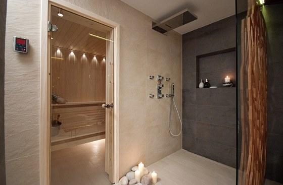Velký sprchový kout je vybavený dešťovou sprchou a masážními tryskami.