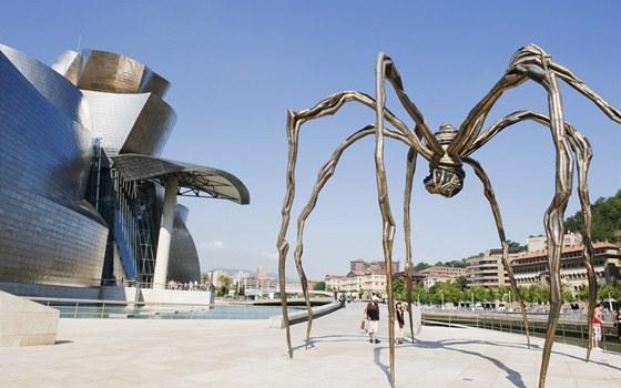 S uměním se lze setkat ještě před vstupem do muzea.