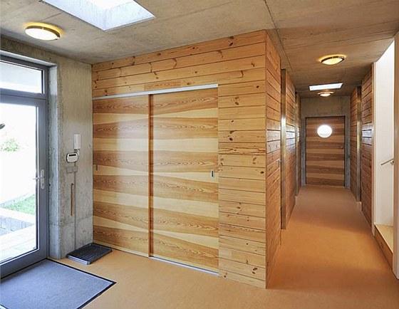 Příčky v ložnicové části domu tvoří trámy z finské borovice, výrazná kresba