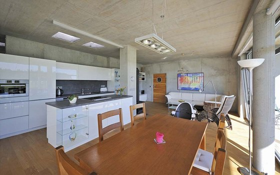 Společná obývací část má příjemnou podlahu z pařeného jasanu. Na pozadí