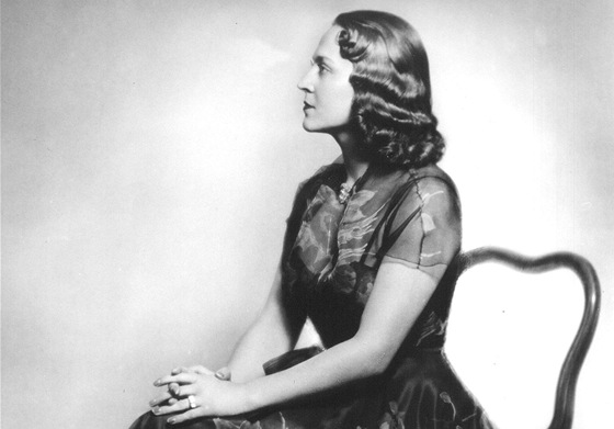 Svou první filmovou roli dostala v roce 1936 ve filmu Světlo jeho očí.