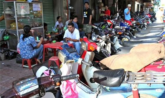 Zaparkované motorky jsou doslova všude, nejčastěji na chodníku.