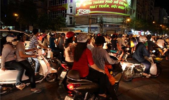 Ani večer doprava nekončí a ještě kolem desáté jsou ulice plné motorek.