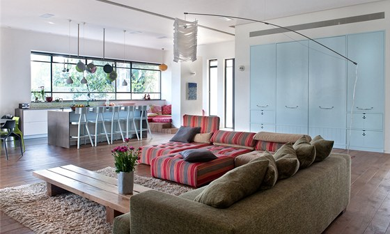 Obývací pokoj je propojený s kuchyní.