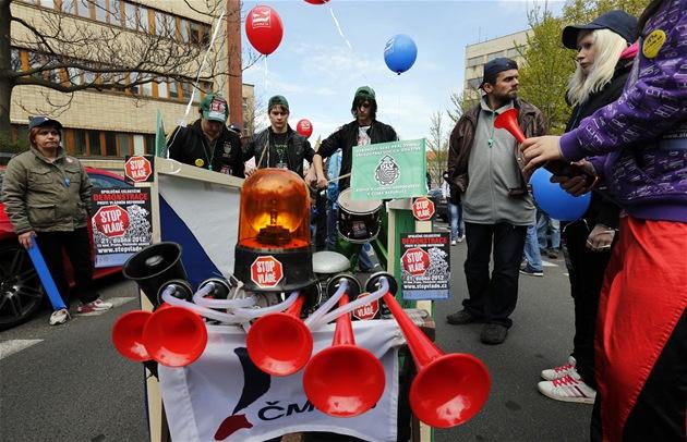 Vuvuzely, houkačky, plakáty, balonky... Účastníci odborářské demonstrace v