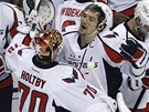 PARDA, POSTUPUJEME. Brank Washingtonu Braden Holtby se raduje spolen s