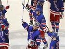 OSLAVN� GESTA A KLIDN� TV��E.  Hokejist� NY Rangers po sedmiz�pasov�m boji
