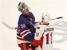 DOBOJOV�NO. Henrik Lundqvist (vlevo) z NY Rangers se zdrav� s Danielem