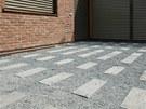 Nosiče terasy se zde volně pokládají na betonové patky do štěrkového lože.