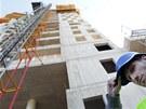 Do 13. patra mrakodrapu AZ Tower vozí dělníky venkovní výtah. (25. duben 2012)
