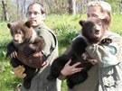 Ošetřovatelé brněnské zoo sebrali medvědici Kamčatce její potomky. Při jejich