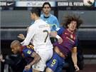 VZDUŠNÝ SOUBOJ. Cristiano Ronaldo z Realu Madrid jich s barcelonským Carlesem...