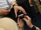 Premi�r a favorizovan� prezidentsk� kandid�t Jan Fischer b�hem otev�en� sv� volebn� kancel��e na pra�sk�m �i�kov� (28. dubna 2012)