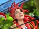 Lenka Dusilov� p�i vystoupen� divadeln� hudebn� skupiny Ka�p�rek v rohl�ku v