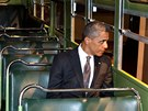 Americk� prezident Barack Obama sed� ve slavn�m autobuse, v n�m� Rosa Parksov�...