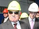 Prezident Václav Klaus při prohlížení firmy jen uznale pokyvoval hlavou. (25....