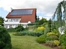 Směrem k domu se ostrůvky zeleně postupně rozšiřují, až vytvoří nahoře před