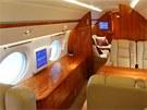 Vejde se do něj 20 pasažérů, kromě šestnácti sedaček jsou v letadle ještě dva