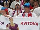 TO JE N�� IDOL. �e�t� fanou�ci s podobenkou Petry Kvitov� p�i utk�n� Fed Cupu.