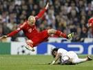 ROZNO�KA. Arjen Robben z Bayernu Mnichov p�edv�d� efektn� ��slo, ze zem�