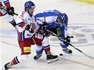 NEPUSTÍM TĚ. Český útočník Petr Koukal (v bílém) se snaží přetlačit Anttiho Pihlströma z Finska.