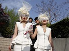 Fanynky popov� ikony p�zuj� fotograf�m p�ed za��tkem koncertu na olympijsk�m