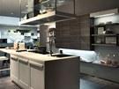 Kuchyn� Premi�re ukazuje zaj�mav� vyu�it� osv�tlen� pod sk���kami.