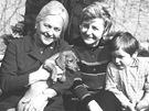 Zita Kab�tov� se synem Ji��m, Zorkou Kohoutovou a jej�m synem. Pes na kl�n� je