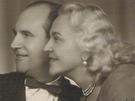 Svatební fotografie z roku 1956, kdy se provdala na olympionika a politického