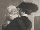 Malá Zita Kabátová s maminkou Aničkou.