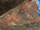 Dlažba románského kostela s reliéfy z 12.století objevená při archeologických