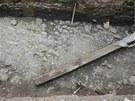 Dlažba náměstí ze 14. století a na ní kanalizace z 18. století, obojí objevené