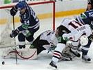 KDE JE PUK? Martin Škoula pomáhá ve finále play-off KHL Omsku v obraně proti