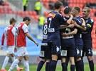 VÝBORNĚ, KAPITÁNE! Fotbalisté Slovácka gratulují Michalu Kordulovi ke gólu do