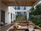 Nadčasový proutěný nábytek na terase domu je z designérské dílny Artan Betonada.